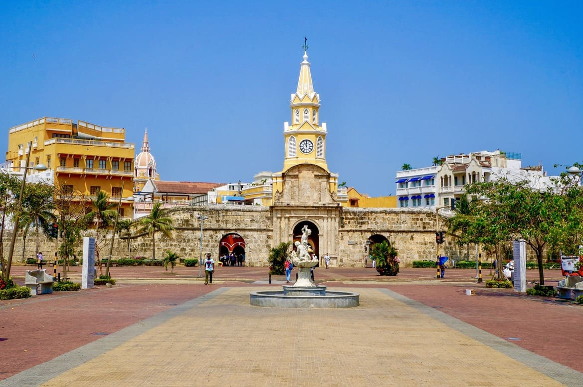 colorful-buildings-in-cartagena-colombia-H7AS6F2 (1)